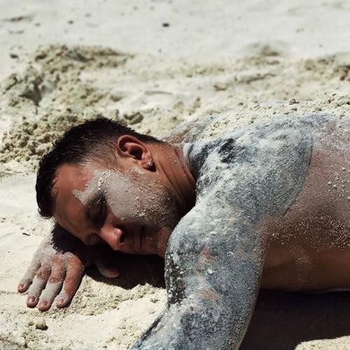 На отдыхе T-killah случайно показал обнажённое тело