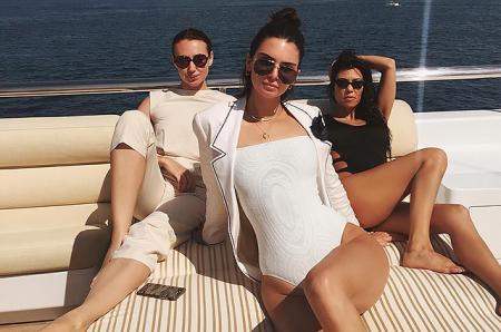Канны-2017: Кендалл Дженнер и Кортни Кардашьян отдыхают от вечеринок на яхте
