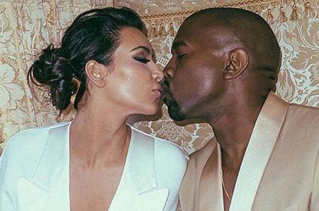 Ким Кардашьян поздравила Канье Уэста с третьей годовщиной свадьбы и поделилась редкими фото