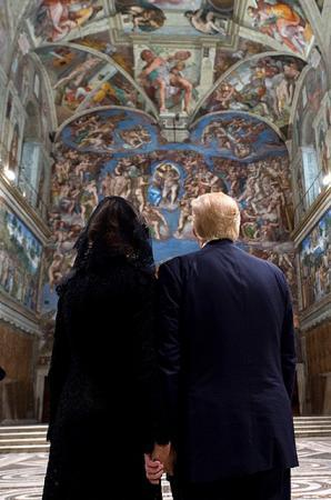 Мелания и Дональд Трамп во время визита в Ватикан