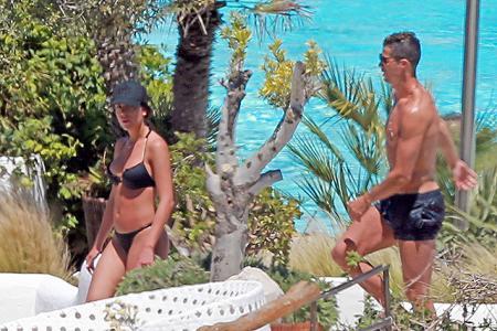 """Криштиану Роналду и Джорджина Родригез отдыхают на Ибице, май 2017 года. На снимках папарацци увидеть """"округлившийся живот"""" Джорджины труднее, чем на фото из Instagram Криштиану. Так есть он или нет?"""