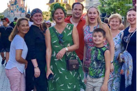 Анна Нетребко повеселилась с сыном Тьяго и друзьями в Диснейленде в Париже